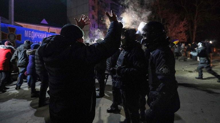 Tumult uppstod igår när ett 70-tal personer evakuerade från Hubei-provinsen blev slagträ i en våldsam protest i samhället Novi Sanzhary i Ukraina.