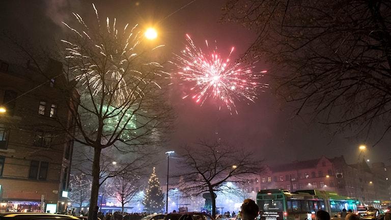 Nyårsfirande på Möllevångstorget i Malmö. På torget finns från och med detta nyår övervakningskameror och belysning som gör att polisen kan lysa upp vald del av torget i brottsförebyggande syfte.