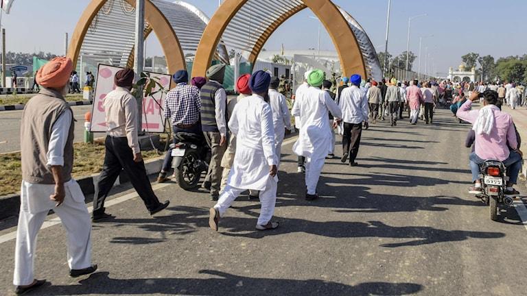 Sikhiska pilgrimer på väg att korsa gränsen mellan Indien och Pakistan.