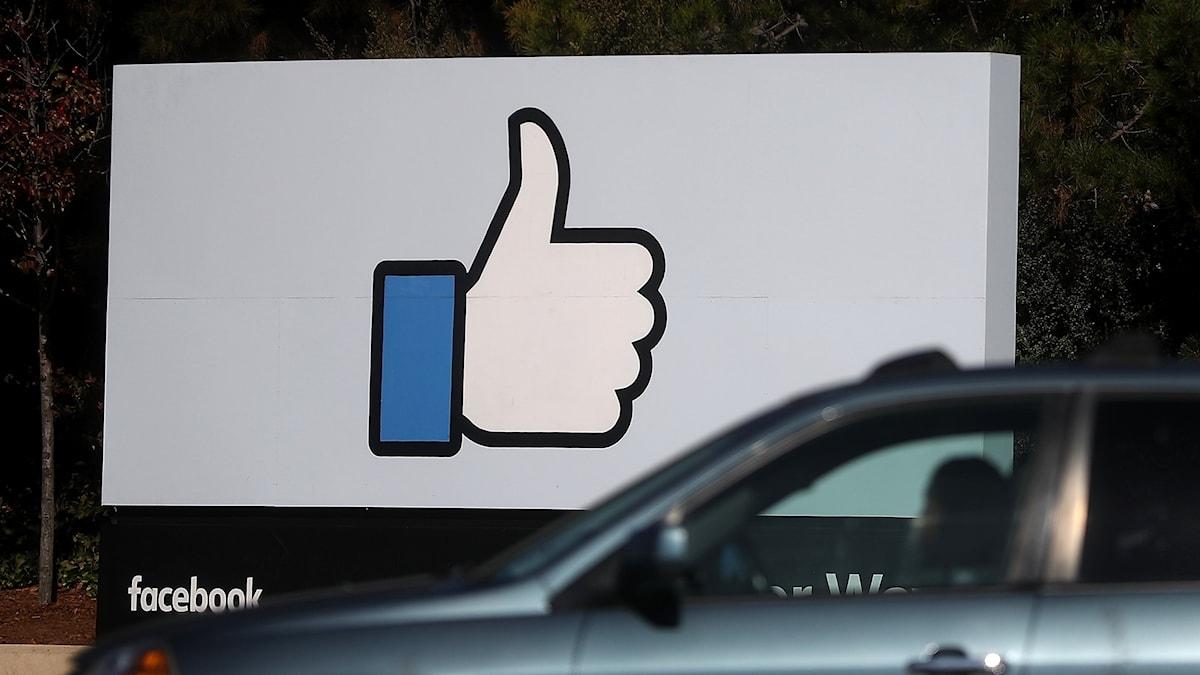 En stor skylt med Facebooks gillatumme.