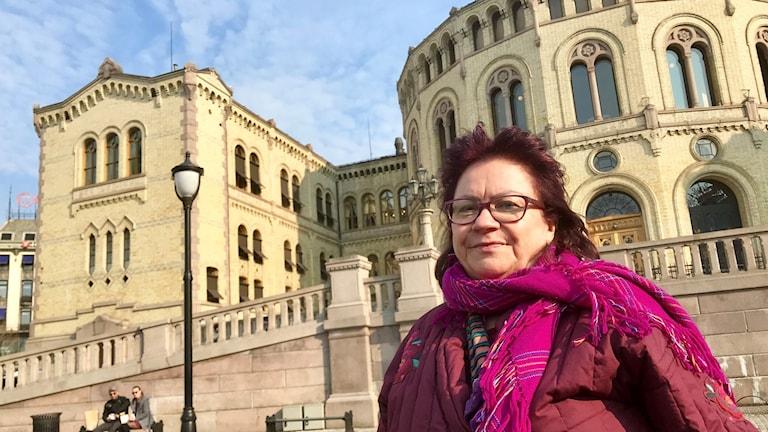 Kvinna utanför Stortingets byggnad i Oslo.