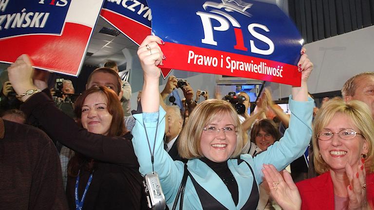 Jublande anhängare för Lag och rättvisa-partiet.Foto: Alik Keplicz/TT.