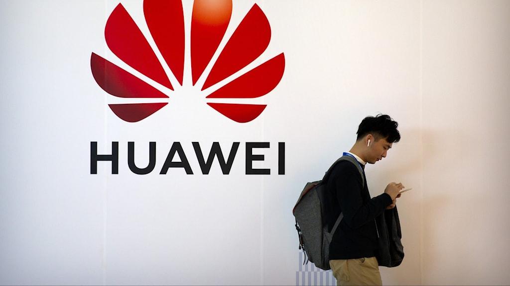 Huawei och person med telefon