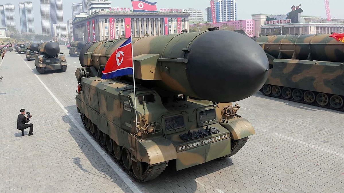 En av Nordkoreas långdistansrobotar visas upp.