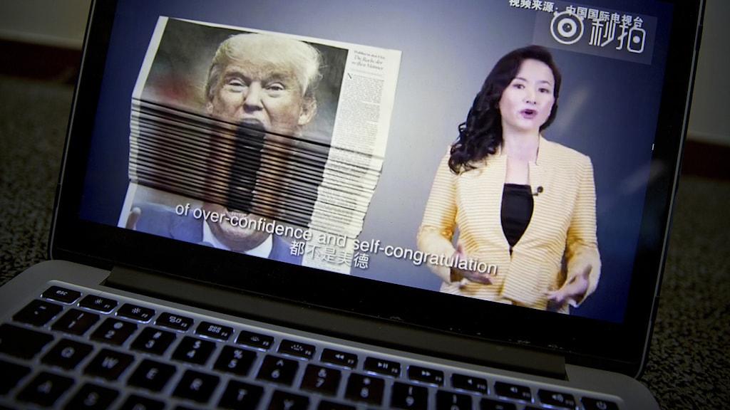 En video om handelskriget med USA, producerad av den statliga kinesiska televisionen, visas på dataskärm i Peking, 23 augusti 2018. Foto: Mark Schiefelbein/TT.