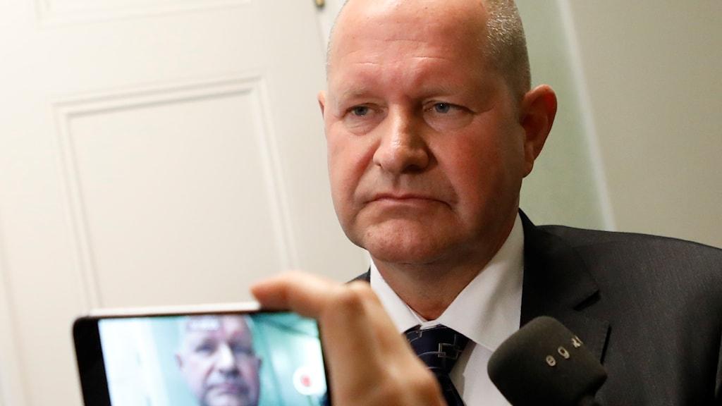 Rikspolischef Dan Eliasson intervjuas efter mötet med justitieutskottet 21 september.