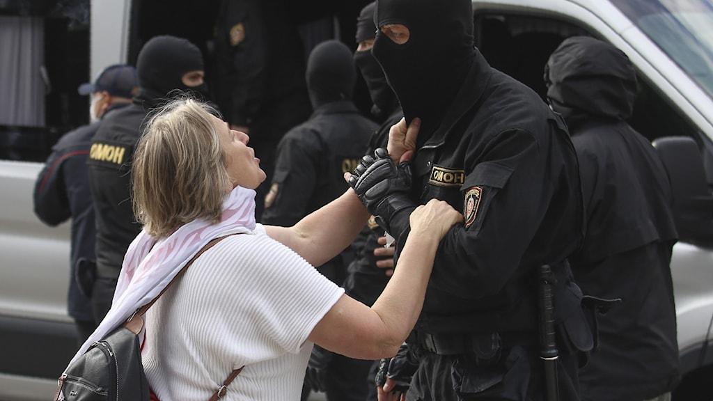 Kvinna i konflikt med polis i Belarus