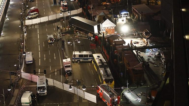 En bild från luften visar en lastbil som kört genom en julmarknad.