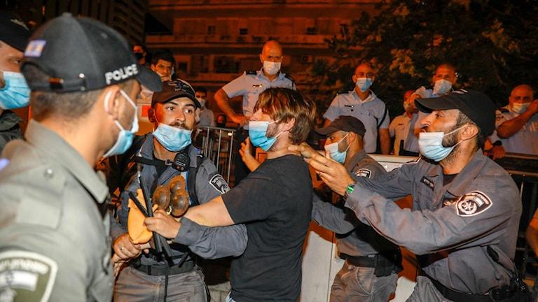 Israelisk polis griper demonstrant vid protesterna i Jerusalem.