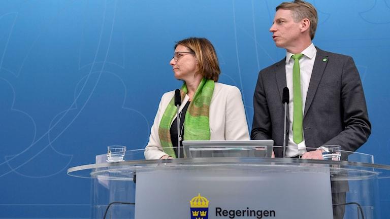 och klimatminister Isabella Lövin (MP) och finansmarknads- och bostadsminister Per Bolund (MP) presenterar regeringens satsningar på klimat och miljö i vårändringsbudgeten. Foto: