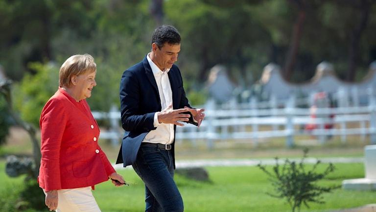 Kvinna och man går över en gräsmatta.