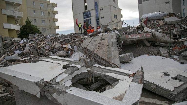 En förstörd byggnad i Durres, västra Albanien.