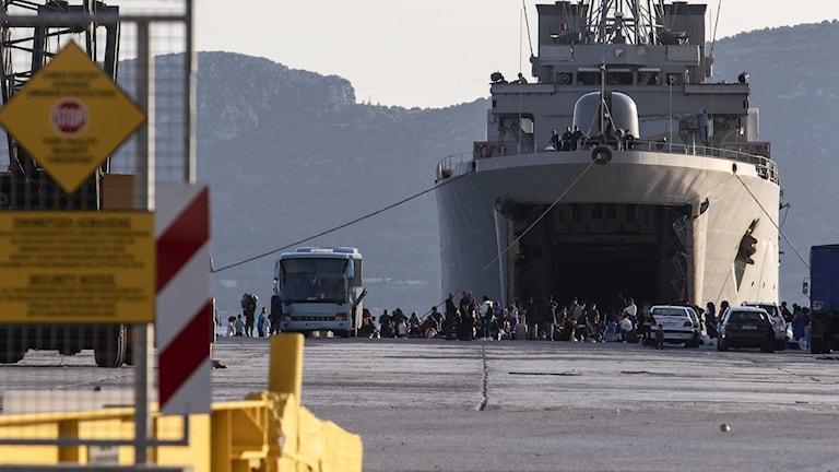 Migranter utanför militärfartyg i Grekland.