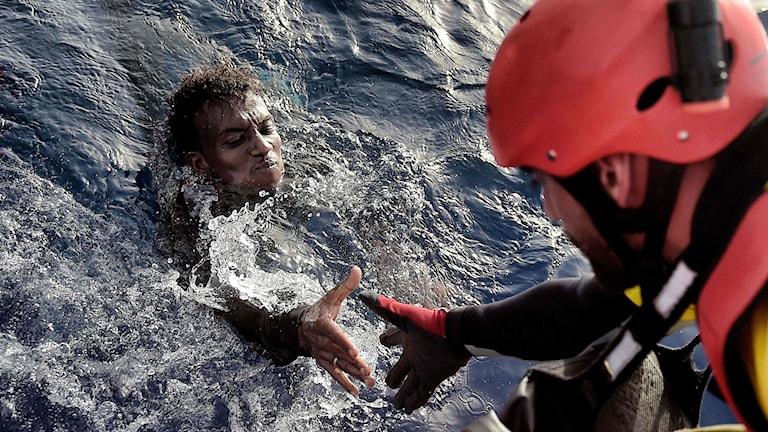 En migrant räddas från Medelhavet av en medlem av NGO cirka 20 nautiska mil norr om Libyens kust