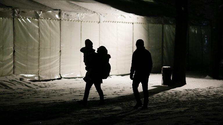 Tre migranter anländer till ett flyktingcenter i Berlin. Arkivbild.
