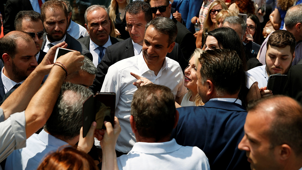 Oppositionsledaren Kyriakos Mitsotakis omgiven av supportrar i Aten.