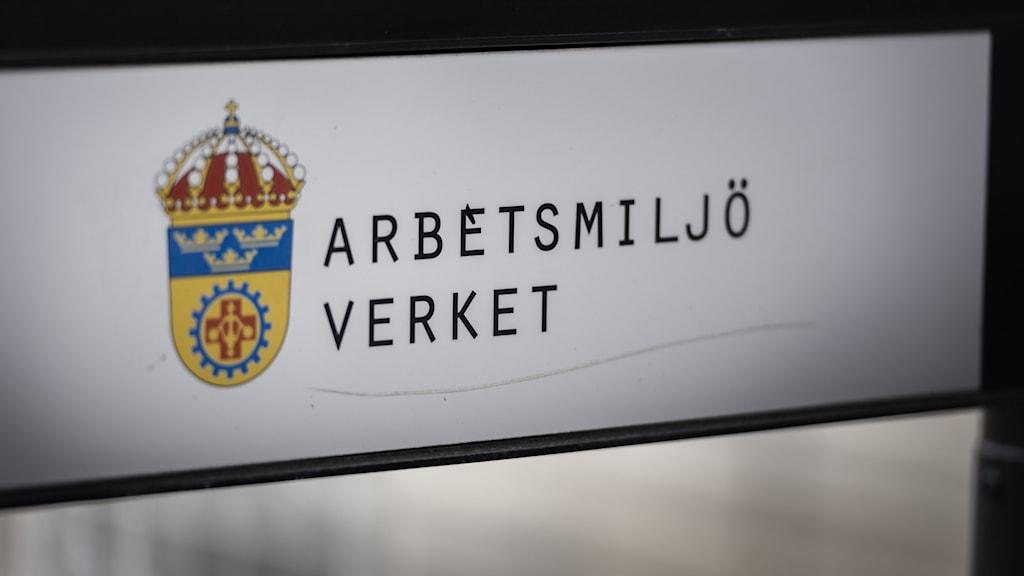 """Vit skylt med texten """"Arbetsmiljöverket""""."""