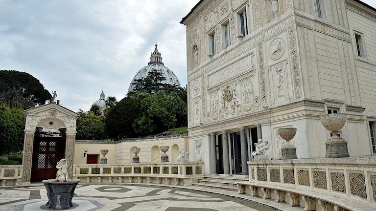 Påvliga Vetenskapsakademien, Casina Pio IV, i Vatikanen i Rom. I bakgrunden skymtar Peterskyrkan.