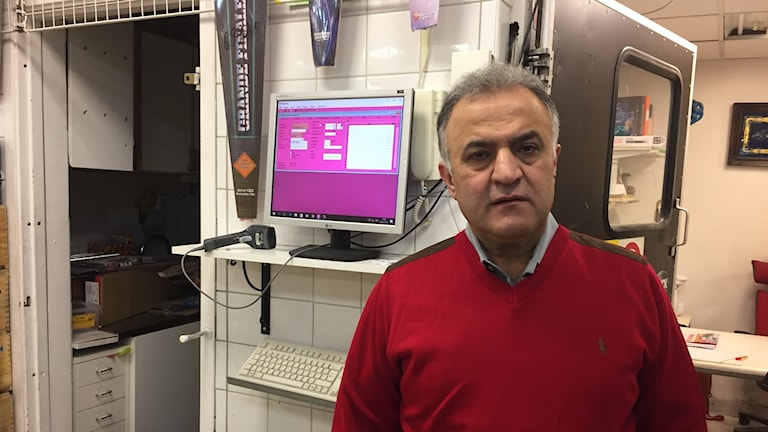 Salam Kurda står i sin butik i Husby. Foto: Loukas Christodoulou, Sveriges Radio