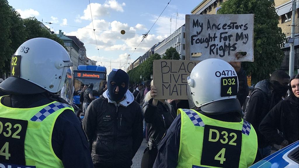 Demonstranter och poliser i Göteborg.
