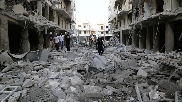 Räddningsarbeten efter flygbombning i Aleppo.