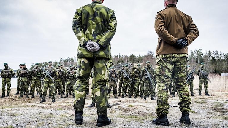 ÖB Micael Bydén besöker Berga örlogsbas tillsammans med Estlands ÖB Martin Herem.