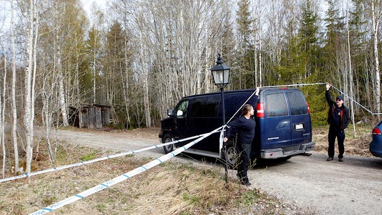 Polistekniker vid platsen där man hittat en död person strax utanför Hudiksvall.