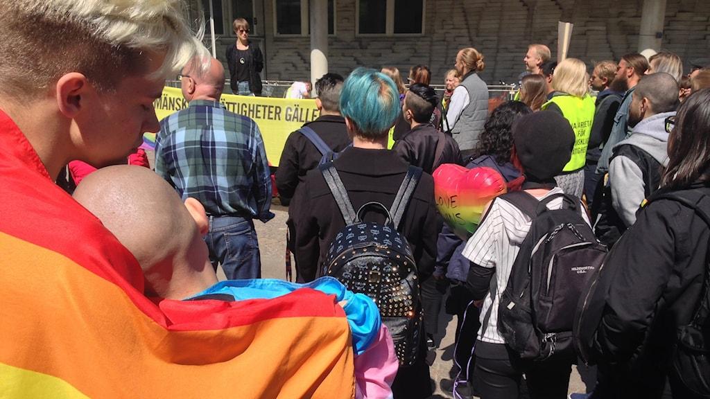 Ett 50 protesterade i dag utanför ryska ambassaden i Stockholm mot de övergrepp som har pågått mot homosexuella män i Tjetjenien.