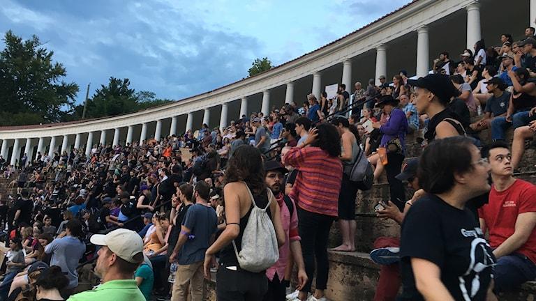 Igår kväll samlades flera hundra Charlottesvillebor på universitetsområdet i en av alla manifestationer som hålls under helgen.
