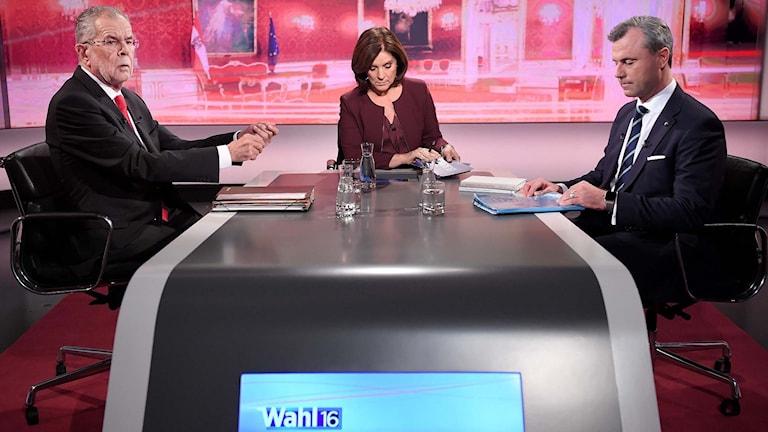 De österrikiska presidentkandidaterna Alexander van der Bellen och  Norbert Hofer debatterar i tv.