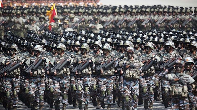 Nordkoreanska soldater marscherar genom Den nordkoreanska folkarmén marscherar i Pyongyang.