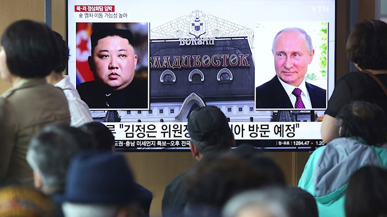 Människor tittar på en tv-skärm där Rysslands president Putin och Nordkoreas ledare Kim Jong Un visas, i en tågstation i Seoul, Sydkorea. Foto: Ahn Young-joon/TT.