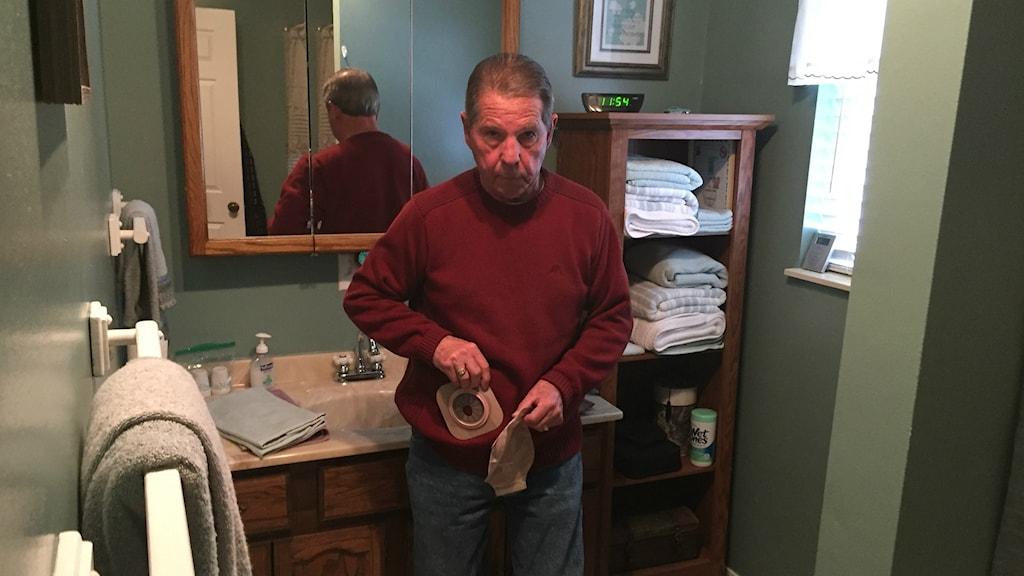 Nu betalar de oss för att slippa mer ansvar, men verkar inte bry sig att jag måste leva med en stomipåse resten av mitt liv, säger Earl Botkin i West Virginia som druckit PFOA-förgiftat vatten.