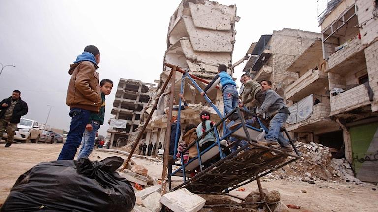 Efter att evakueringen avbrutits har tusentals fått återvända till sina hem i östra Aleppo.