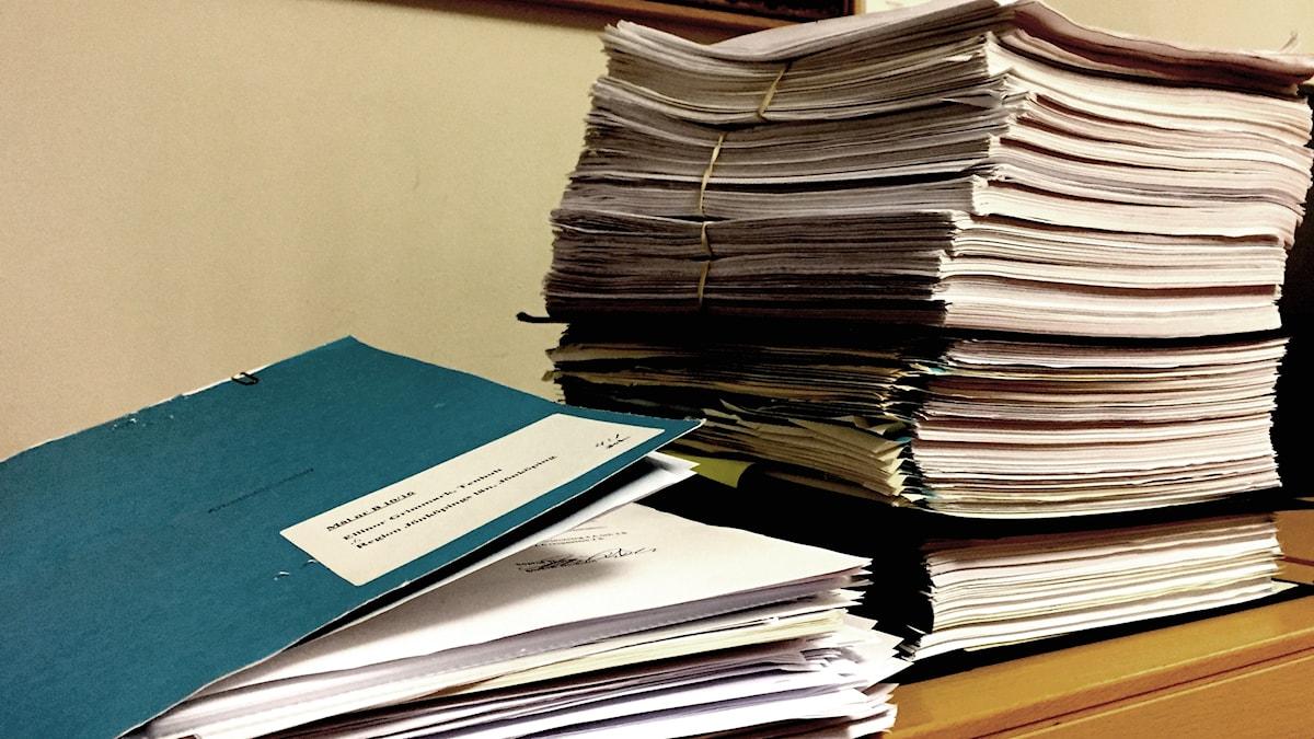 Mappar och papper travat på hög.
