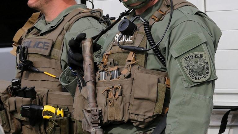 Polis i skyddsvästar. Foto: Steve Helber/AP