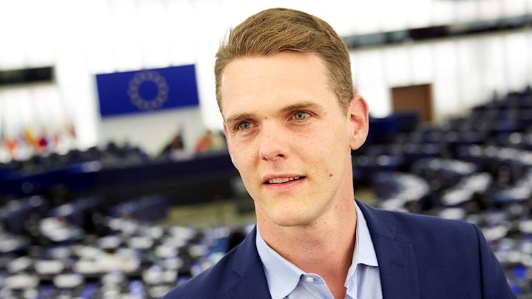 Christofer Fjellner inne i ett av EU:s sammanträdesrum.