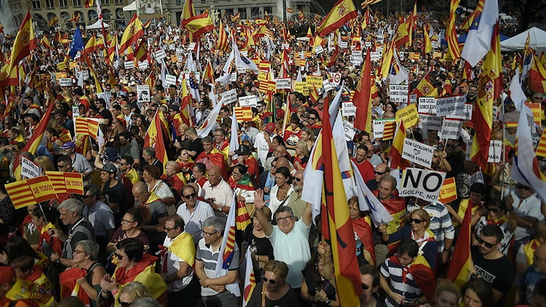 """Demonstranter bär spanska och katalanska flaggor under en demonstration med mottot """"Catalonia ja, Spanien också"""" i Barcelona i dag, 12 oktober 2017."""