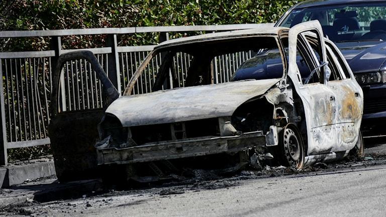En utbränd bil på Thomsons väg på Rosengård i Malmö. Foto: Johan Nilsson / TT