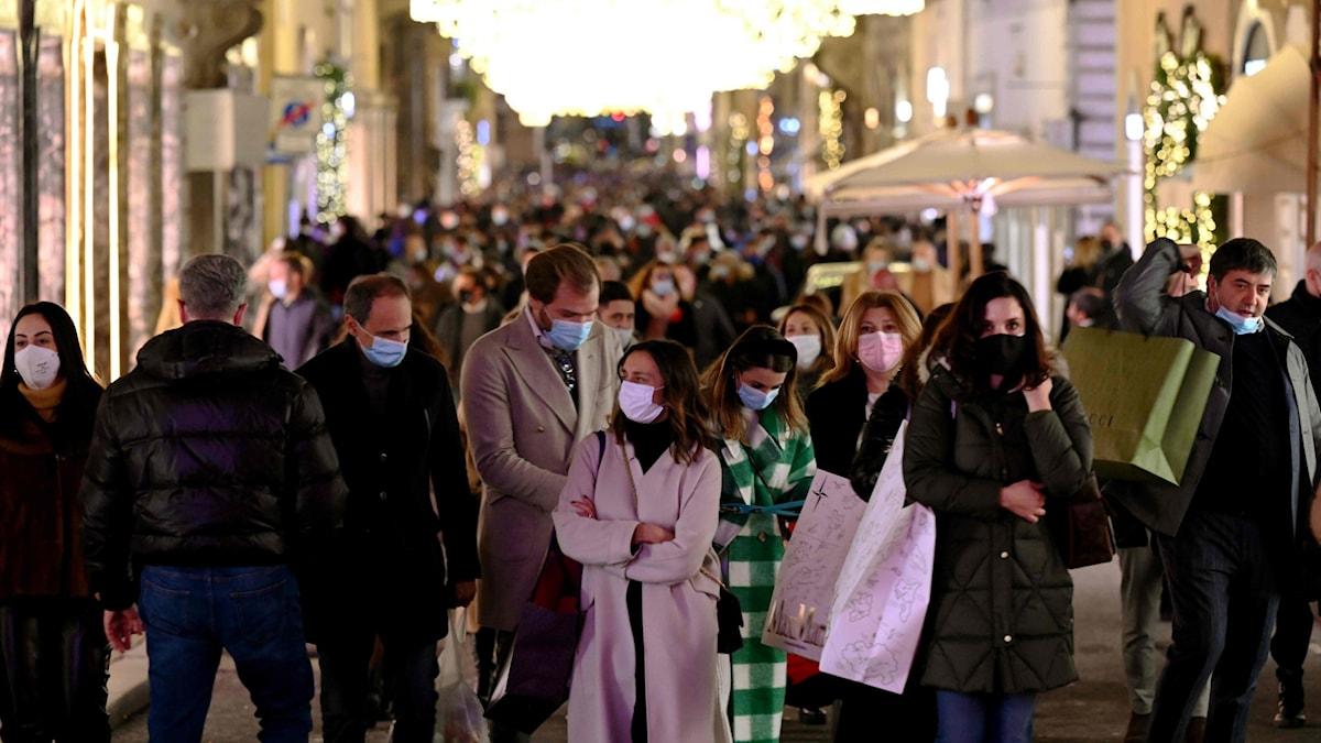 Människor med ansiktsmasker trängs i julshoppingen i centrala Rom, Italien, den 13 december 2020