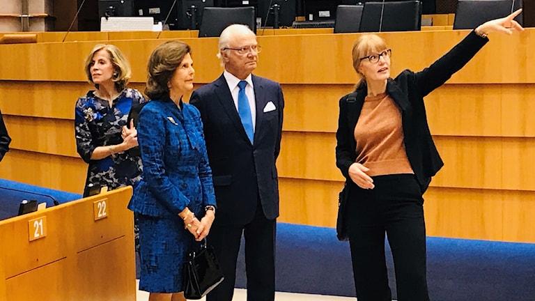 Svenska kungaparet tillsammans med Pernilla Jourde, guide på EU-parlamentet.