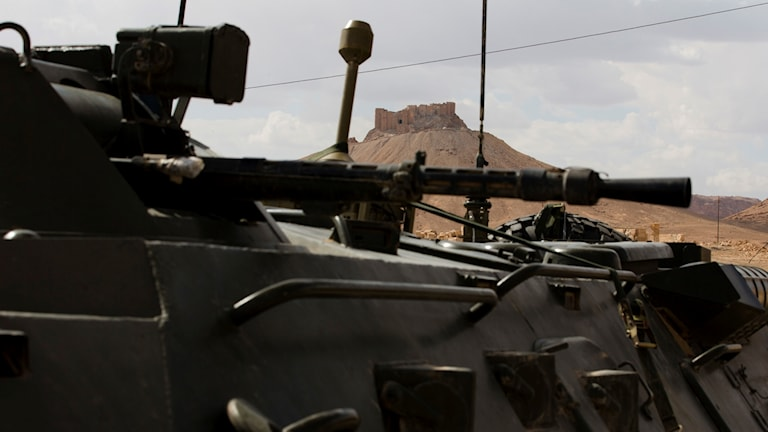 Citadell utanför Palmyra och stridsvagn i förgrunden.