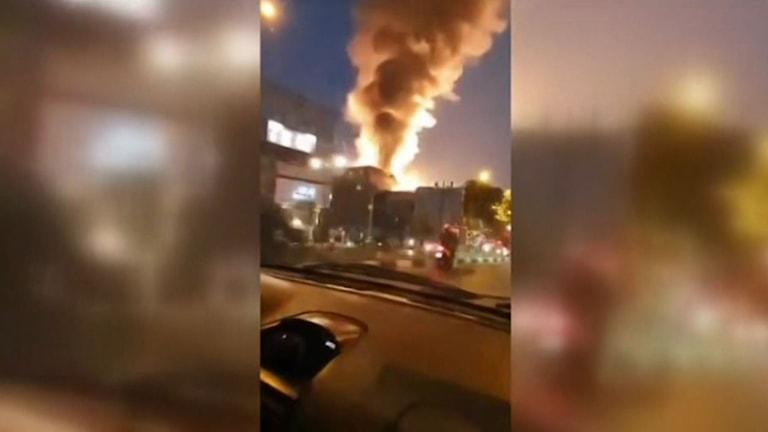 Bilder från Irans statliga nyhetsbyrå visar hur en rökpelare stiger från sjukhuskomplexet.