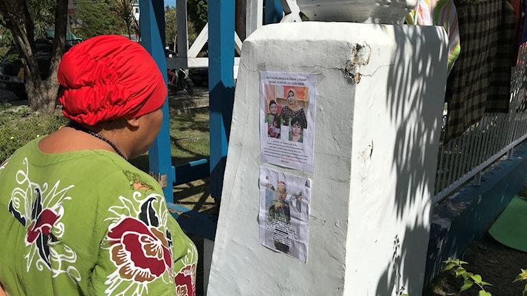 Kvinna tittar på barn som saknas.