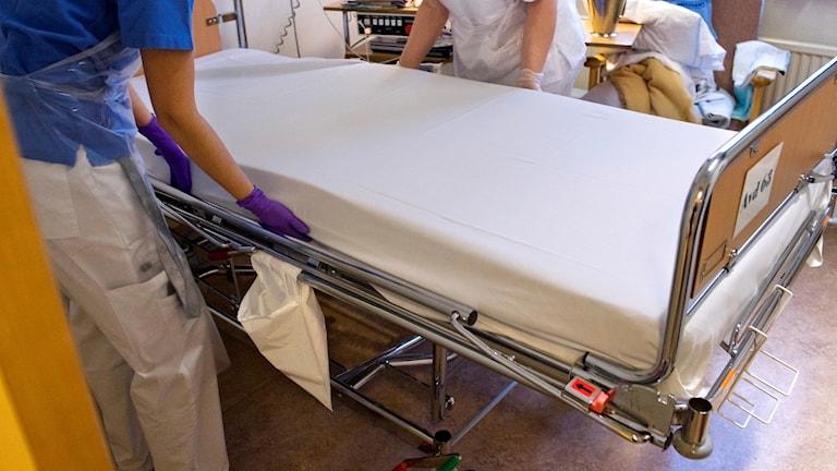 Vårdpersonal bäddar en säng på en vårdavdelning på Danderyds sjukhus