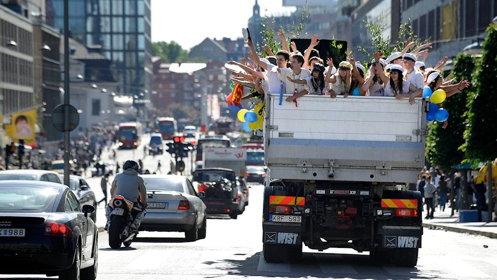 Ett studentflak kör i centrala Stockholm.