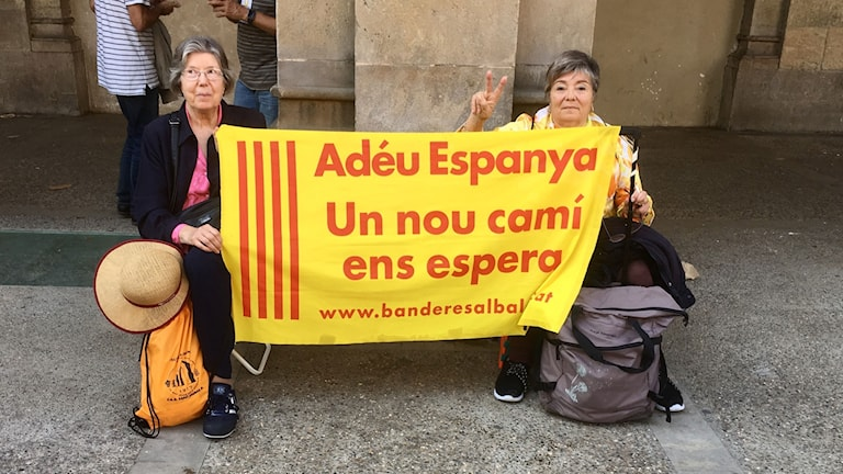 """Adjö Spanien, en ny väg väntar oss"""" Marta Hostec och Maria Teresa Codina y Batellori har rest från Tarragona för att visa sitt stöd för självständighetsprocessen som pågår i regionparlamentet i Katalonien."""