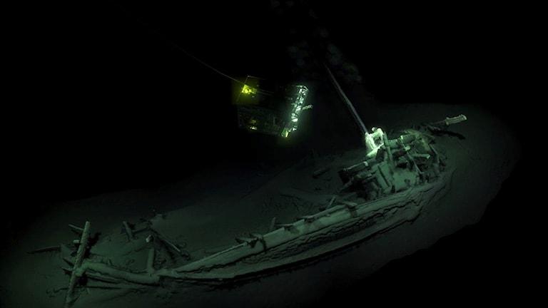 Ett rekordgammalt skeppsvrak, daterat till 400-talet före Kristus, har hittats på botten av Svarta havet