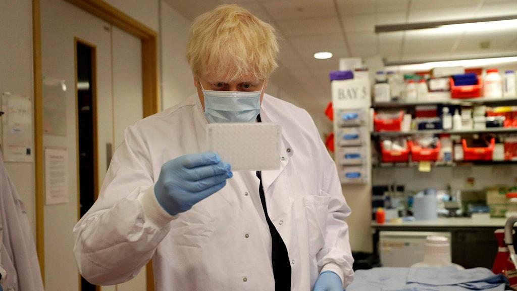 Storbritanniens premiärminister Boris Johnson under ett besök på Jenner-insitutet i Oxford.