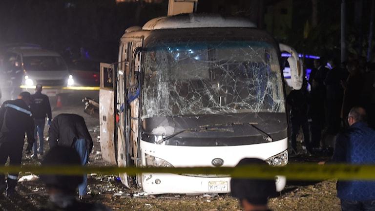 Ombord fanns totalt 14 vietnamesiska turister, samt två egyptier, inklusive bussens förare.